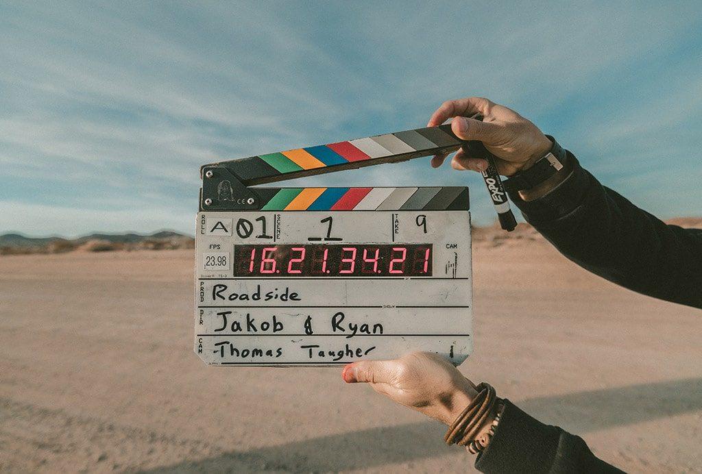 homme qui lance un tournage de film